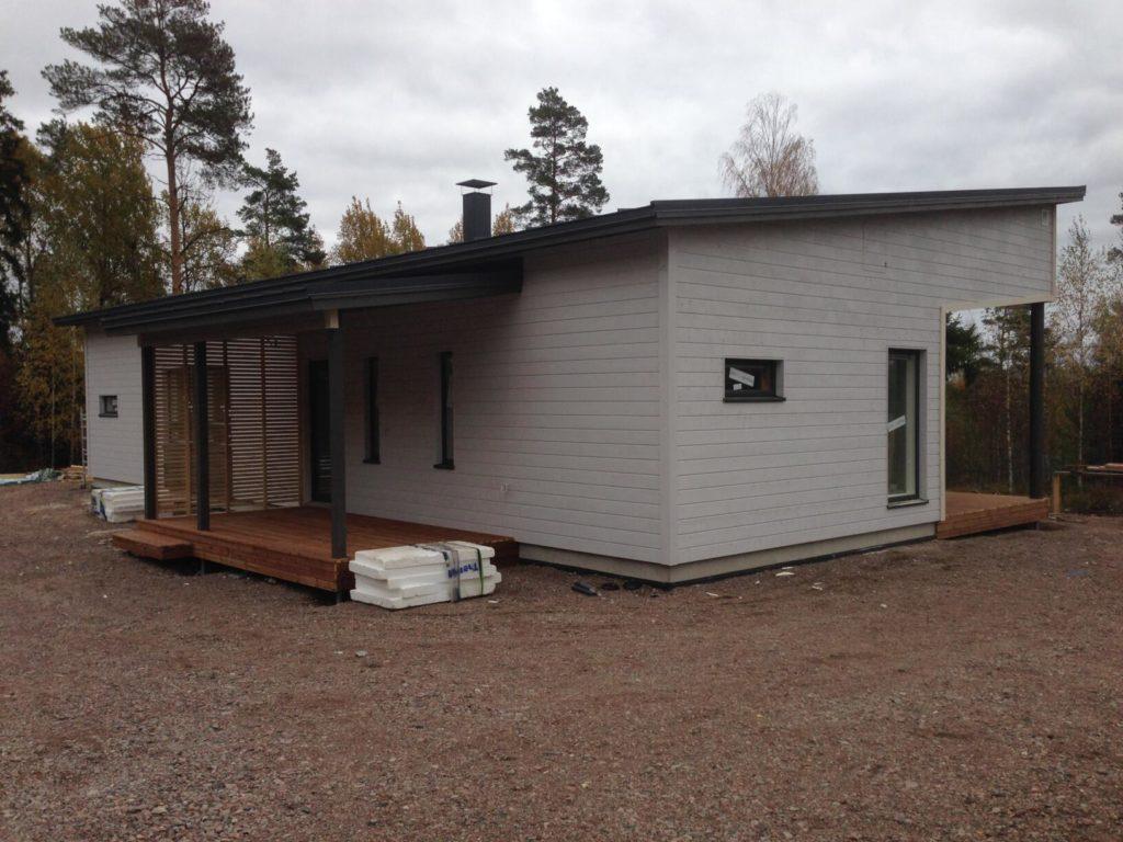 Fassaaditööd puitkarkassmajal. Porvoo Soome.