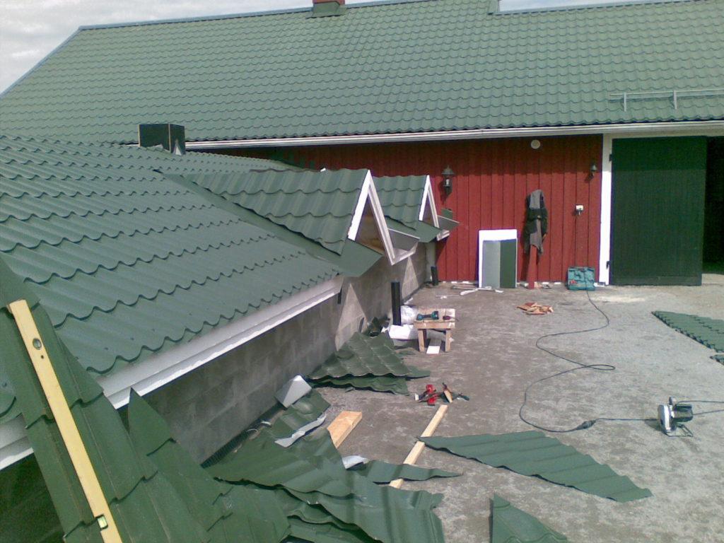 Katusetööd hobusetallil. Sipoo Soome.