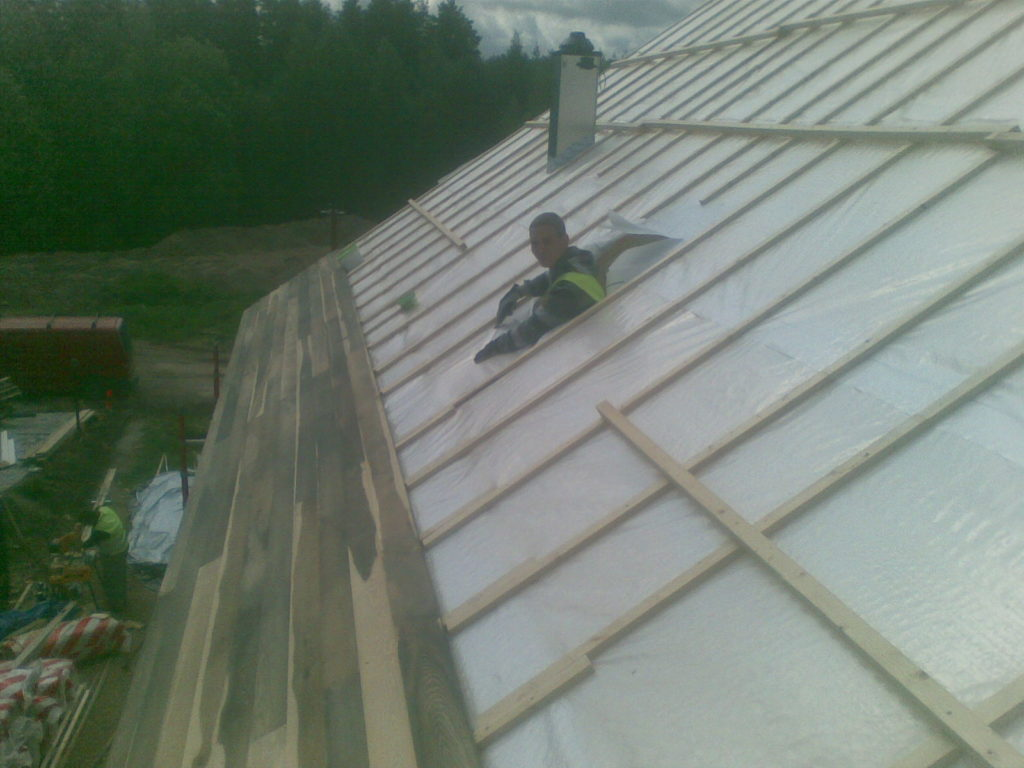 Siberilehisest katuse tegemine ja katuseakna paigaldus. Imatra Soome.
